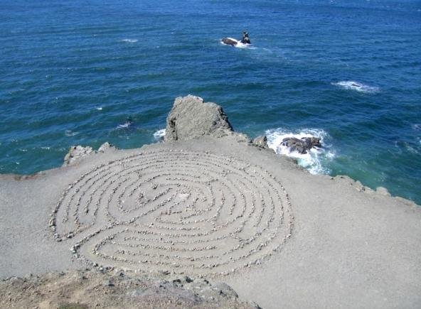 Stone maze on the shore next to the ocean. Photo: Cyclist https://flic.kr/p/46AVrL (CC BY-NC-ND 2.0)