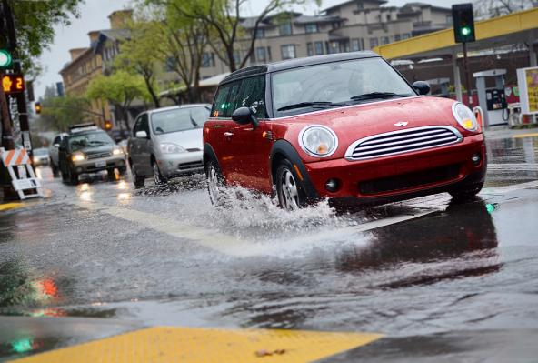 Cars splash through stormwater on a city street. Photo: Daniel Parks (CC BY-NC 2.0) https://www.flickr.com/photos/parksdh/7014755513