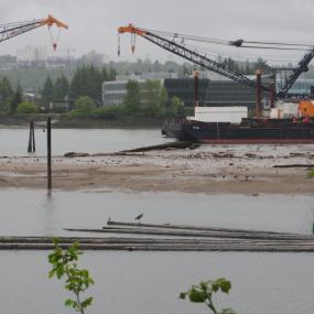 Lower Duwamish Waterway dredging on Superfund site. Photo: Gary Dean Austin (CC BY-SA 2.0) https://www.flickr.com/photos/49648789@N08/17069420399/